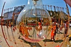 Peregrinos Hindúes bajo el Cristal de Edison