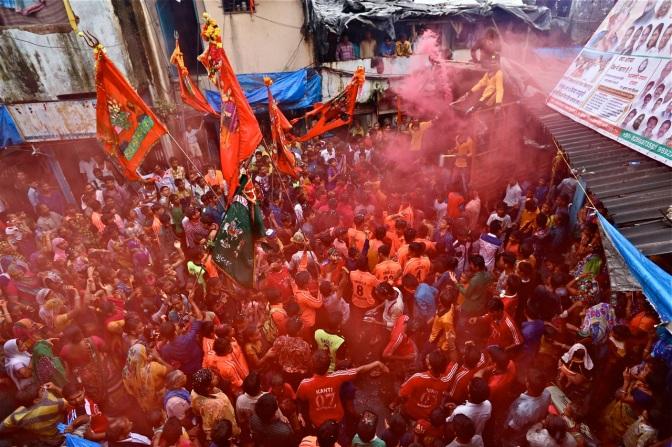 """GALERÍA – """"Tambores, tambores y tambores en el corazón del Slum"""". Dharavi. Mumbai"""